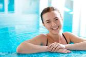 Sorridente ragazza in piscina — Foto Stock