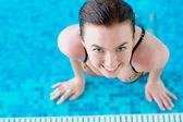 微笑在游泳池旁的女孩 — 图库照片