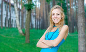 Smiling young girl at the park — Stock Photo