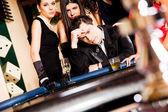 Jovens por trás da mesa de roleta — Foto Stock