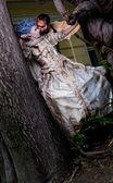 吸血鬼拥抱中世纪女人 — 图库照片