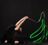 緑のリボンと美しい体操選手 — ストック写真