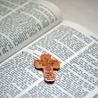 Cross on the Bible — Stock Photo