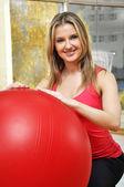 ピラティス ボールを持つ美しい女性 — ストック写真