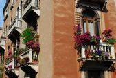 Windows z balkonem i kwiaty — Zdjęcie stockowe