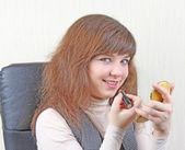 Girl at working place doing makeup — Stock Photo