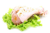 Raw chicken legs with green salad — 图库照片