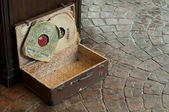 Old Antique suitcase with gramophone discs — Stock Photo