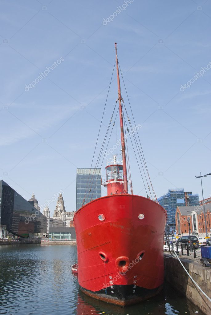 The Bows and Light of a Red Lightship in a English Dock — Stock Photo #6841243