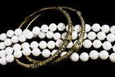 Messing-Armbänder und Mode Perlen auf schwarz — Stockfoto
