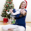 Foto Stock: Little girl and her mom having fun at Christmas