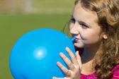 Teen girl inflates the balloon — Stock Photo