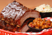 BBQ Ribs with beans and cole slaw — Stockfoto