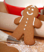 Making delicious gingerbread men — Stock Photo