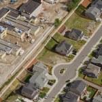 byggande intill förorts street — Stockfoto