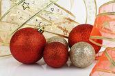 золотые и красные рождественские безделушки. — Стоковое фото