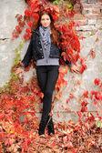 Giovane ragazza con foglie rosse — Foto Stock