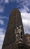 Asinelli Tower and Saint Petronius Statue in Bologna — Stock Photo