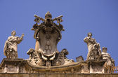 Sculptures on the St. Peter's Basilica in Vatican — 图库照片
