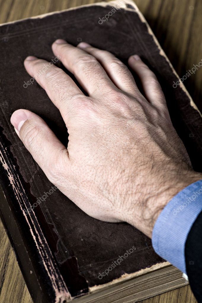 The oath with hand on the Holy Bible — Stock Photo #7954608