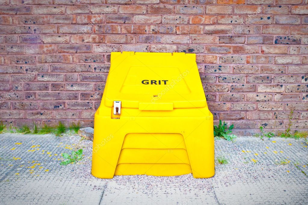Yellow crate containing salt for de-icing roads in the cold weather — Foto Stock #7504716