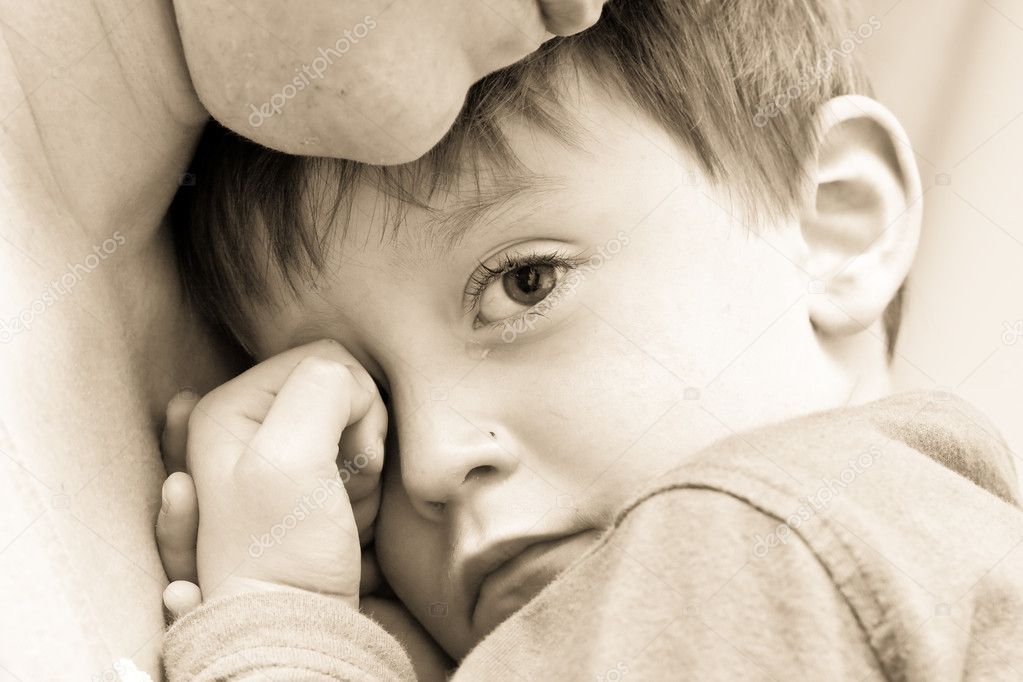 Nice image of a young upset boy cuddling his mum — Stock Photo #7589941
