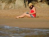 Reading on the beach — Стоковое фото