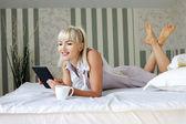 Relaxovat s digitálním tabletu — Stock fotografie