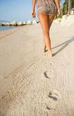 Frau gesäß am tropischen strand — Stockfoto