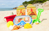Seashells and diving mask on the beach — Stock Photo