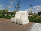 White Modern Benches in a Park — Stockfoto