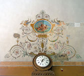 Old pattern on the wall and clock — Stock Photo