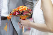 Bride holding wedding bouquet — Stock fotografie