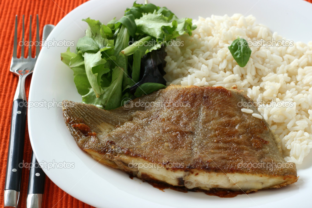 Fried flounder with boiled rice and lettuce — Stock Photo #6887647