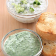 Cucumber and spinach dip with toasts — Stock Photo