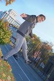 Genç adam açık havada dengeleme — Stok fotoğraf