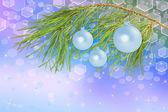 Bolas de decoración en la rama de pino, fondo hermoso — Foto de Stock