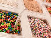 Замороженный йогурт долива — Стоковое фото