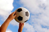 Ballon de soccer en mains — Photo