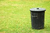 Lata de lixo preta — Foto Stock