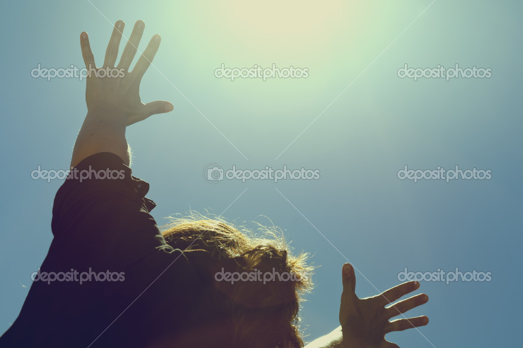 A woman lifts her hands in worship — Stock Photo #7252622