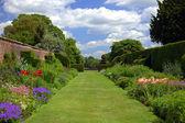 Anglická zahrada se stará zeď — Stock fotografie