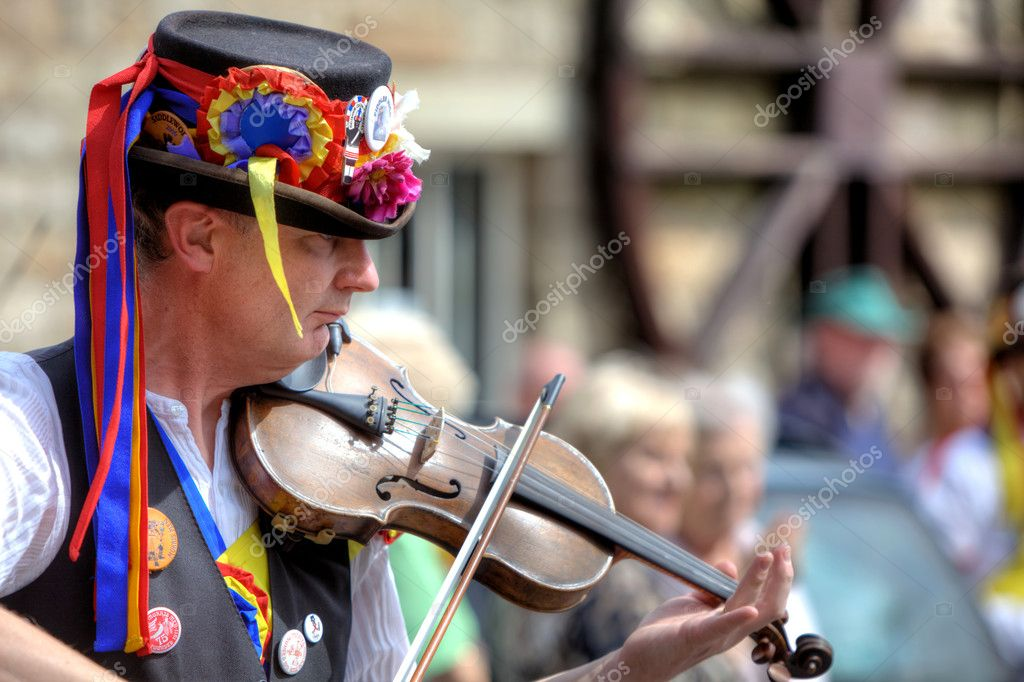 Fiddle player accompanying Morris dancing at the Rushcart Ceremony in Saddleworth, UK on 20th of August, 2011 — Stock Photo #7852333