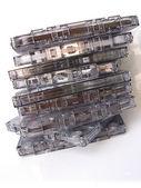 Un tas de vieux façonné à cassettes, isolés en blanc — Photo