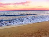 Pěnivý pobřežní linie v beach — Stock fotografie