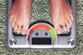 在体重秤上的女人 — 图库照片