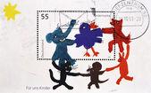 O selo mostra a imagem desenhada de animais jogando o anel em volta da batata — Fotografia Stock