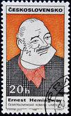 Estampilla muestra el retrato del escritor estadounidense miller ernest hemingway — Foto de Stock