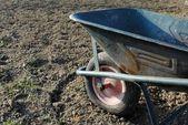 Bahçede toprak üzerinde eski tekerlek barrow — Stok fotoğraf