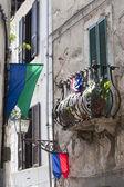 Amelia (terni, umbria, włochy) - stary dom, balkon i flagi — Zdjęcie stockowe